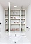 洗面化粧台は、メイクやひげ剃りなどに便利な三面鏡タイプを採用。鏡裏の収納は小物などの保管に便利なキャビネット棚となっています。