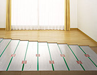 リビング・ダイニングには、温水を利用した床暖房を採用。空気を汚さず、足元から心地よく室内を暖めます。