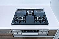 お手入れが簡単で見た目も美しいハイパーガラスコートトップの三口ガスコンロ。温度調節機能付で揚げ物が苦手な方もカンタンにおいしく調理ができます