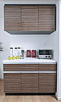 全住戸のキッチンに、食器類を豊富に収納できる耐震ラッチ付の吊戸棚とカウンター付の収納を設置。