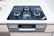お手入れが簡単で見た目も美しいハイパーガラスコートトップの三口ガスコンロ。焼き物がこんがりおいしく仕上がる「無水両面焼きグリル」を装備。※1