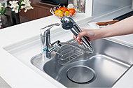 浄水器を内蔵したハンドシャワー水栓。ホースも引き出せるのでシンクを隅々までお掃除できます。※A1・A2・B1・B2・C1・C2タイプを除く。