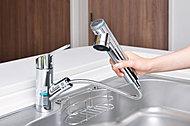 浄水・原水の切替やストレート・シャワー・エコシャワーの切替がワンタッチでできます。ホースも引き出せるので、シンクを隅々までお掃除できます。