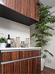 キッチンに、食器類を豊富に収納できる耐震ラッチ付の吊戸棚とカウンター付の収納を設置。※60Aタイプ~60Cタイプ