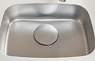 水はね音やスプーンなどの落下音を低減するために、シンク裏に制振材を貼った低騒音タイプのシンクを装備しました。