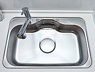 水はねを低減するために、シンク裏に制振材を貼った静音タイプのシンクを標準装備。洗い物を置くのに便利な水切りプレート付です。