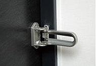 アーム間の幅を広げることにより、防犯性を確保しながら、地震でドア枠が変形しても外れるように配慮しています。