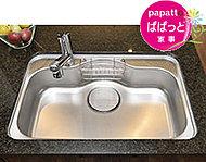中華鍋や大皿もラクに洗えるワイドシンクは、水はね音を抑える静音仕様。洗い物をしながら、TVや家族との会話が楽しめます。
