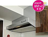 すきま風を利用した整流板の効果により、吸収力がアップ。整流板は高品位ホーロー製で、油汚れも簡単に拭き取れます。