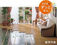 リビング・ダイニングには、床面から部屋中を快適に暖める床暖房システムを採用。