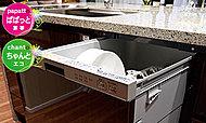 カウンター下には、邪魔にならないスライドオープン式の食洗機を採用。約40点もの食器を一度に洗うことができます。