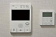 受話器を持たずに会話ができる便利なハンズフリーインターホン。集合インターホンでカラー映像・音声の確認が可能です。