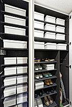 家族全員分の靴が収納できる大容量シューズクローゼット。中央下部の棚板を外せば、ベビーカーやゴルフバックなど高さのあるものも収納できます。(※ベビーカーは大きさ・規格に限りがあります)