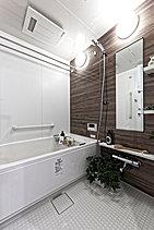 最高のリラックスタイムをお届けする浴室は、温かくお掃除のしやすい床材を採用。浴室換気暖房乾燥機が装備され、梅雨時や花粉の時期の部屋干しもおまかせ。