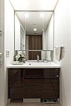豊富な収納スペースを備えた洗面室。機能性はもちろん、朝晴れやかな気分で身支度ができるように、見た目の美しさにもこだわっています。