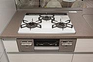コンロは3口タイプにこだわりました。効率良く調理ができ、料理好きの方も安心の贅沢なキッチンです。※平成28年8月撮影