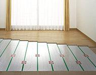 足元から部屋全体をやわらかく暖める床暖房は、空気や肌の乾燥を防ぎ、ハウスダストを巻き上げることのない健康的な暖房です。※参考写真