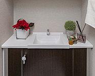 キャビネット上部に手洗いカウンターを設置。花や小物を飾って、トイレ空間を素敵に演出できます。キャビネットには掃除用具もすっきり収納できます。