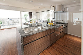 リビング・ダイニングにいる家族とコミュニケーションを取りながら作業できる対面カウンター式キッチン。効率的な換気扇や水音に配慮したシンクの導入による快適性の確保。そして、先進の機能をビルトインしながら、インテリアとしての質にこだわったデザイン