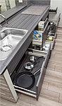 片手でサッと引き出せて、奥のものも簡単に取り出せるスライド式キッチン収納を採用。
