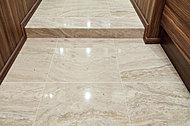 同じ素材の框部分と床のタイルが、お客様を迎えるにふさわしい上質な空間を演出します。※モデルルーム仕様。標準は廊下はフローリングとなります。