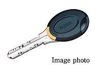 住戸玄関のディンプルキーの持ち手部分に、ICチップを内蔵。エントランス(集合玄関機)でセンサーにかざすと非接触認証を行い解錠します。
