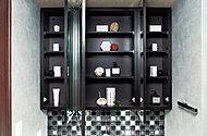 歯ブラシやヘアケア用品、化粧品などを収納できる鏡裏収納。圧迫感のない薄型収納です。(モデルルーム写真)