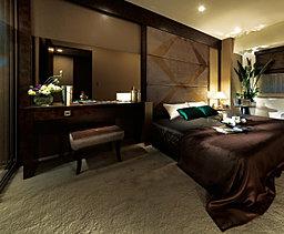 安堵感のなかで、贅沢な眠りを得る。1日の始まりも終わりもベッドから。だからこそベッドルームは確かな快適性と十分な広さにこだわり、贅沢な眠りと心地よい目覚めをもたらす、安らぎの寝室としました。
