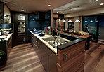 キッチンはくつろぎをもたらす空間の一角で、室内の印象を左右するほどの存在感を放つ場所。そのため毎日の調理を頼もしく支えてくれる高い品質と機能性にこだわりながら、品のある生活に馴染む美しいデザインを意識しました。
