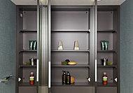 歯ブラシやヘアケア用品、化粧品などを収納できる鏡裏収納。圧迫感のない薄型収納です。