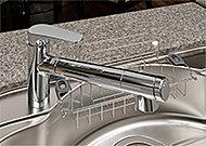 浄水やシャワーへの切り替えは、ヘッド部分のレバーを左右に回転するだけの簡単操作。また、ヘッドを引き出して使えるのでシンクの掃除もラクです。