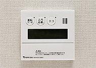 キッチンのリモコンと会話ができる通話機能付のオートバスシステムを採用。さらに、ワンタッチでお湯はり、追い焚き、保温まですべて自動で行います。