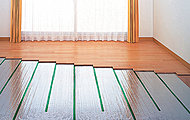 リビング・ダイニングには、足元からゆっくり心地よく暖めるTES温水式床暖房を採用。※参考写真