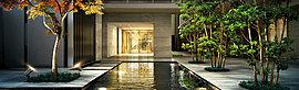 住まいに潤いをもたらす水盤を敷地の中央部にレイアウト。マンションの中庭にレイアウトされ、イロハモミジに囲まれた水盤。昼間は水面に陽光が反射し、夜間は照明の灯りがゆらめくことで、格調高い暮らしをシンボライズする設えです。