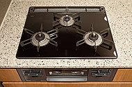 多彩な機能が搭載されたキッチンコンロを標準装備。トッププレートは上品でデザイン性の高いガラストップを採用。お掃除も楽々です。