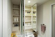 鏡面裏は収納スペースに。化粧品、整髪料などをすっきり整理することができ、落下防止ガードフレームも付いています。