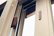 防犯性を高めるために、全戸の玄関と窓にマグネット式の防犯センサーを設置。不正開閉時にインターホンが警報を発しセコムに通報。※FIX窓を除く