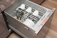多くの食器を一気に洗い上げる、パワフルな食器洗い乾燥機をビルトイン。食器のセットも楽々。静音・節水仕様です。