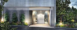 人々を魅了する美しい佇まいのエントランス。白色を基調とした外壁とガラス製手摺りの乳白色が柔らかなグラデーションを描く、透明感のあるエントランス。
