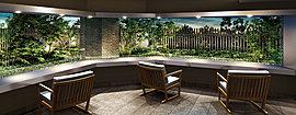鮮やかな緑を借景にするエントランスホール。ラウンジスペースに設けたワイドなピクチャーウインドーから、緑鮮やかな植栽をのぞむエントランスホール。季節ごとに異なる表情を見せる窓辺の景色が、もてなしの空間として住まう方や訪れる方を優しく迎えます。
