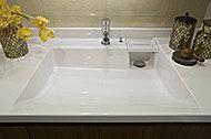 凹凸の少ないスクエア形状です。水栓横のウェットパレットには濡れた石鹸やコップなどを置くことができます。