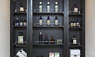 洗面化粧室には、機能的な三面鏡付洗面化粧台を設置。三面鏡の裏側は全面収納スペースとなっており、化粧品や整髪料などを収納できるので大変便利です