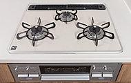 熱や衝撃に強く、汚れも付きにくいお手入れのしやすいガスコンロ、ガスによる火力で調理の幅もぐっと広がります。温度調節機能付です。