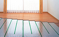リビング・ダイニングには心地よく暖めるガス温水式床暖房を採用。塵や埃が舞い上がりにくいため、室内の空気の汚れがあまり気になりません。