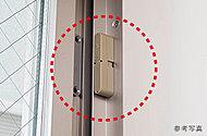 全住戸の玄関ドアおよび窓にマグネット式の防犯・窓センサーを設置。