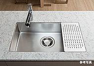 天然水晶を使用した高級人造石仕上げのキッチンカウンターは凹凸のないシンプルスクエアシンクを採用。