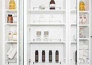 鏡面裏は収納スペースに。化粧品、整髪料などをすっきり整理することができます。落下防止ガードフレーム付です。