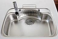シンク裏面に制振材を貼ることで、シンクに水やお湯が当たる音を低減します。