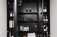 視認性の良いワイドタイプの三面鏡。扉を開ければ前面収納棚になっており、洗面用具や化粧品などをすっきり収納できます。