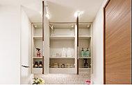 扉を開ければ洗面小物などの収納スペースに。洗面周りの空間を美しく保ちます。